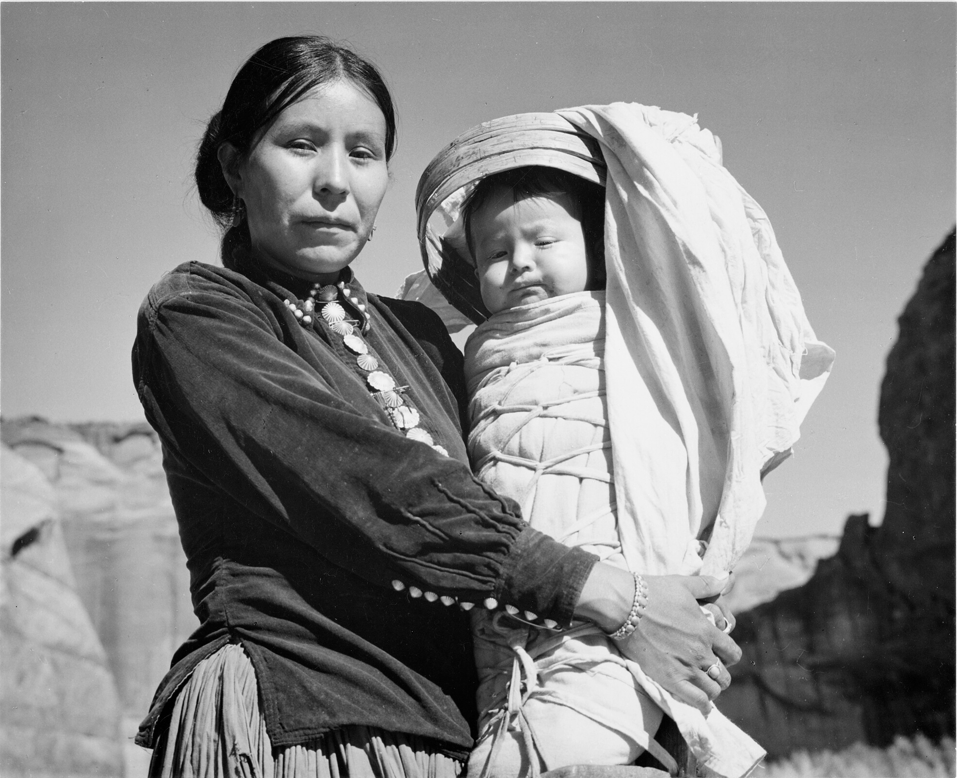 navajo_woman_and_infant_canyon_de_chelle_arizona-_canyon_de_chelly_national_monument_1933_-_1942_-_nara_-_519947