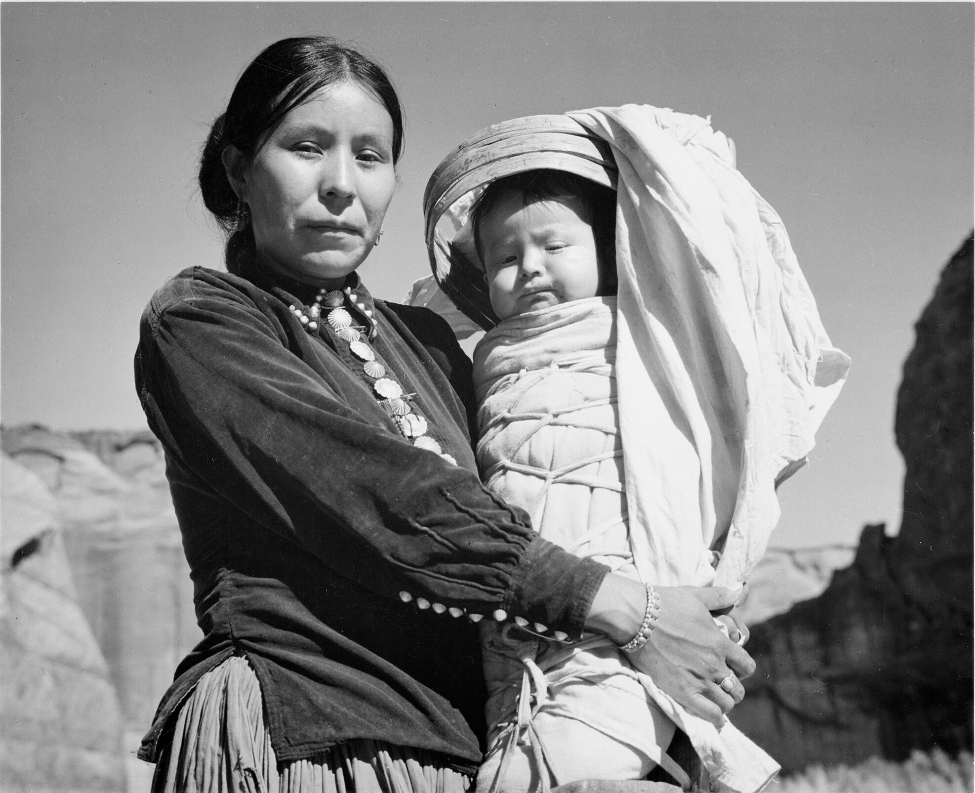 navajo_woman_and_infant_canyon_de_chelle_arizona-_canyon_de_chelly_national_monument_1933_-_1942_-_nara_-_519947
